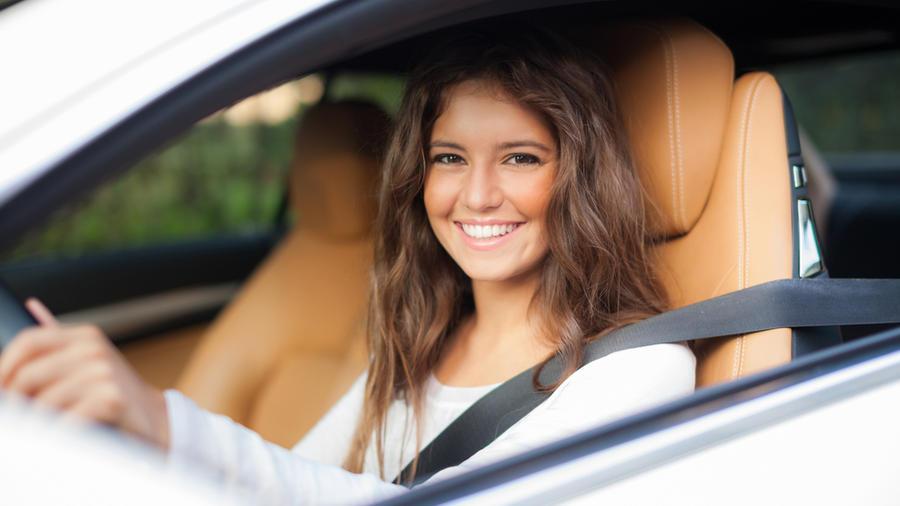Mujer manejando auto