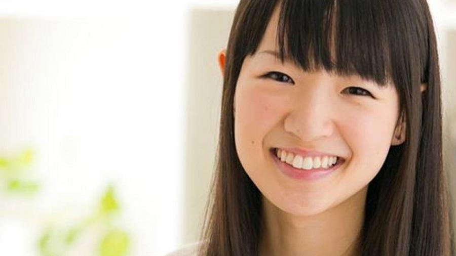 Marie Kondo con flequillo sonriendo