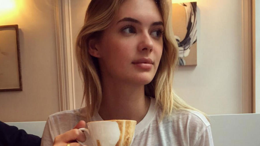 Megan Williams con una taza de café