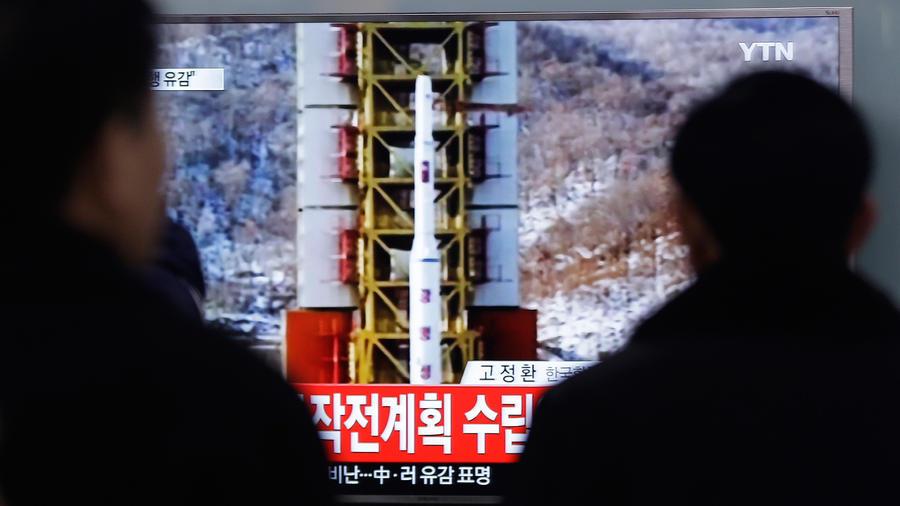 Algunos observadores miran un informe noticioso en televisión sobre el lanzamiento de un cohete en Corea del Norte, en una estación de ferrocarril en Seúl, Corea del Sur, el 7 de febrero de 2016.