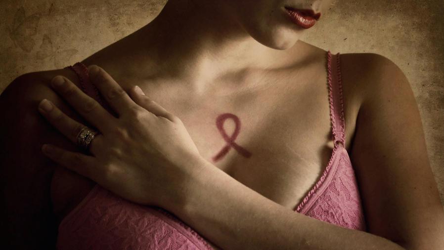Símbolo de cáncer de seno en pecho