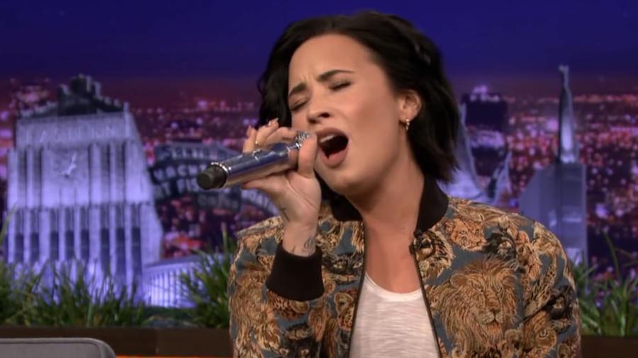 Demi Lovato imitando a Christina Aguilera