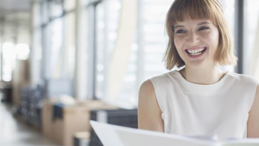 Mujer feliz en la oficina