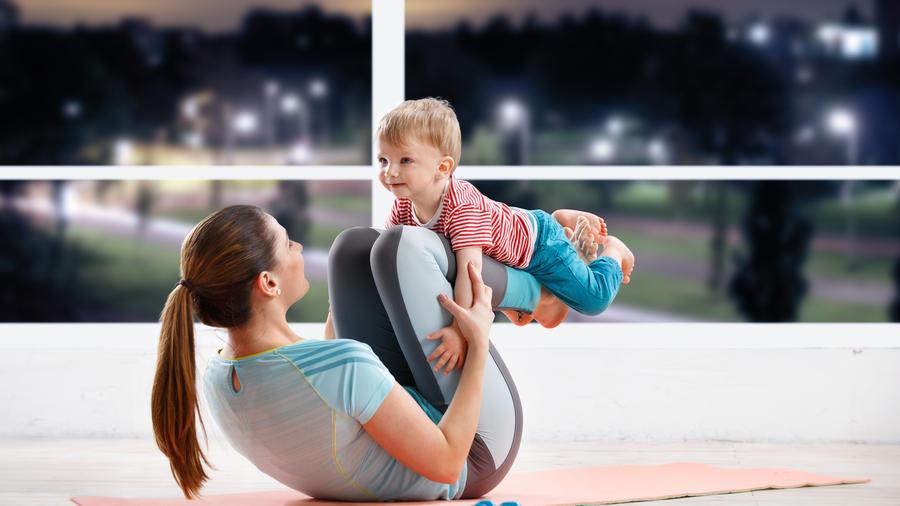 Mujer haciendo ejercicios con su bebé