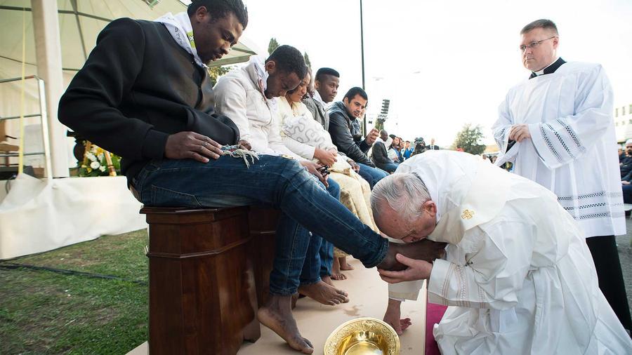 Papa Francisco besando pies