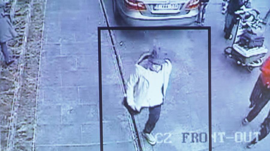 En la imagen el hombre que las autoridades belgas creen está vinculado con los ataques terroristas en el aeropuerto de Bruselas el 22 de marzo del 2016