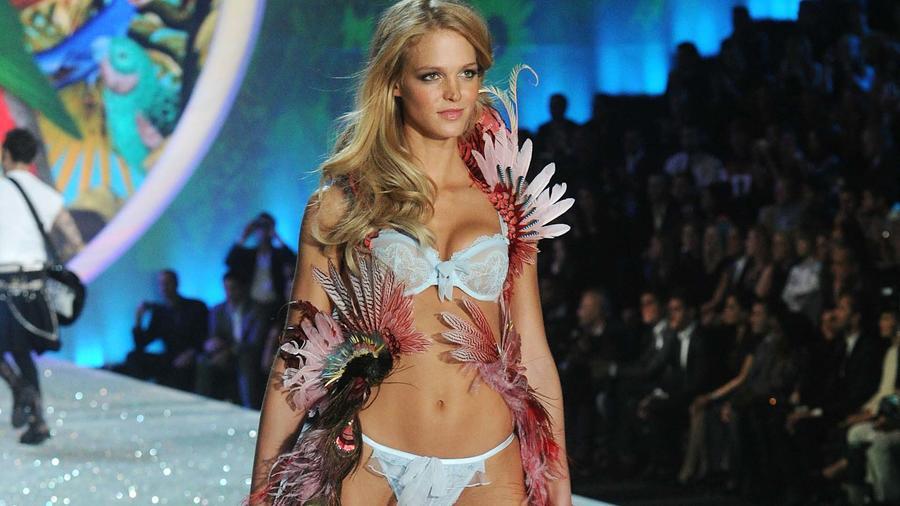 La modelo Erin Heatherton desfila para Victoria's Secret en 2013