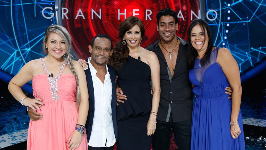 Finalistas junto a Pedro y Giselle Blondet en el escenario de Gran Hermano