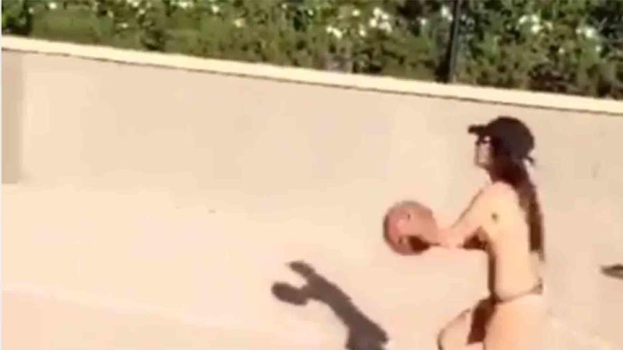 Kourtney Kardashian jugando básquetbol