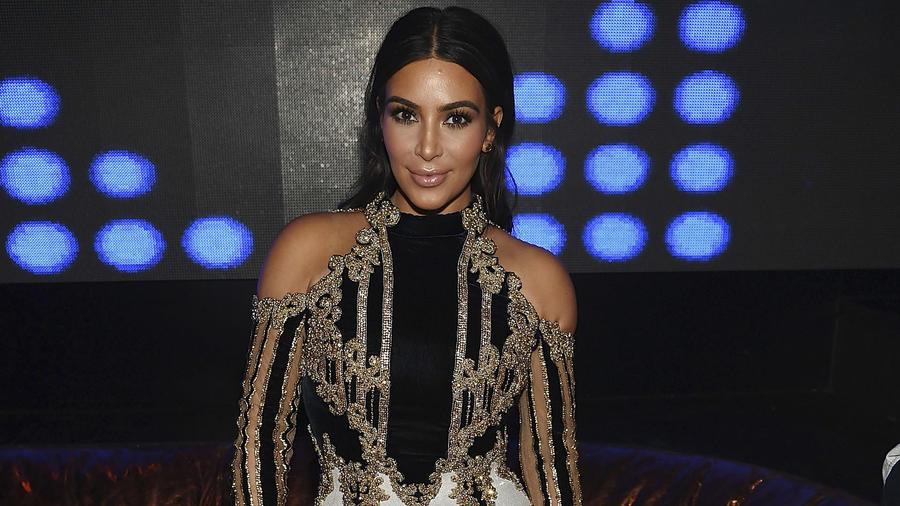 Kim Kardashian West de dorado y negro