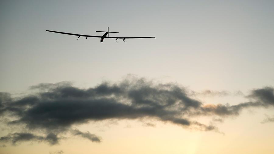 El avión Solar Impulse 2 parte del aeropuerto de Kalaeloa, Hawai, el 21 de abril del 2016, en una nueva etapa de su vuelta al mundo.