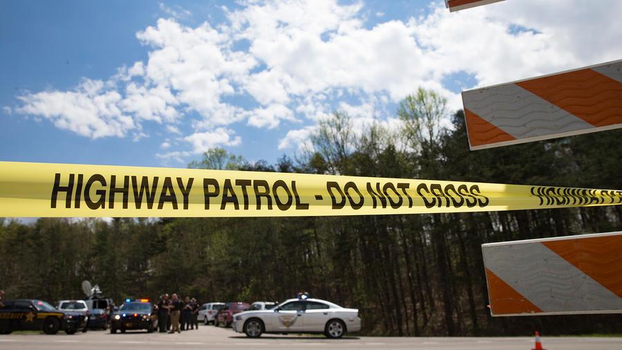 Policías de Ohio impiden el paso a la casa en la que ocho personas fueron asesinadas el Viernes 22 de Abril del 2016