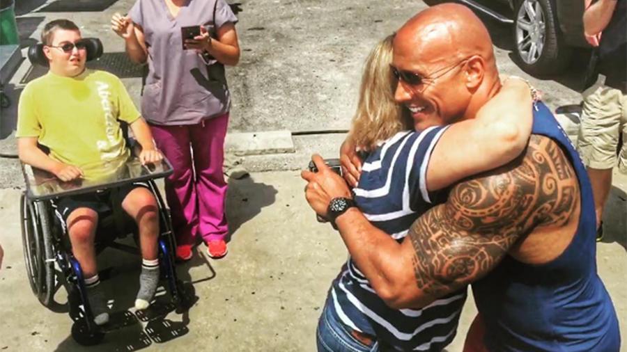 """Dwayne """"The Rock"""" Johnson paró el rodaje de """"Baywatch"""" para cumplir el sueño de un joven discapacitado"""