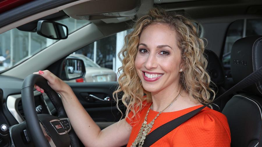 Jeannette Kaplun dentro de un carro con el cinturón de seguridad abrochado