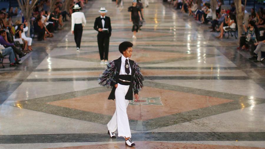 Modelos en el desfile de Chanel en Cuba