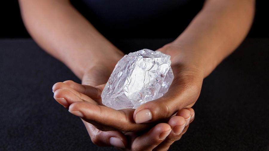 Una empleada de Sotherby's sostiene el diamante Lesedi La Rona, el 3 de mayo de 2016 en Nueva York. (