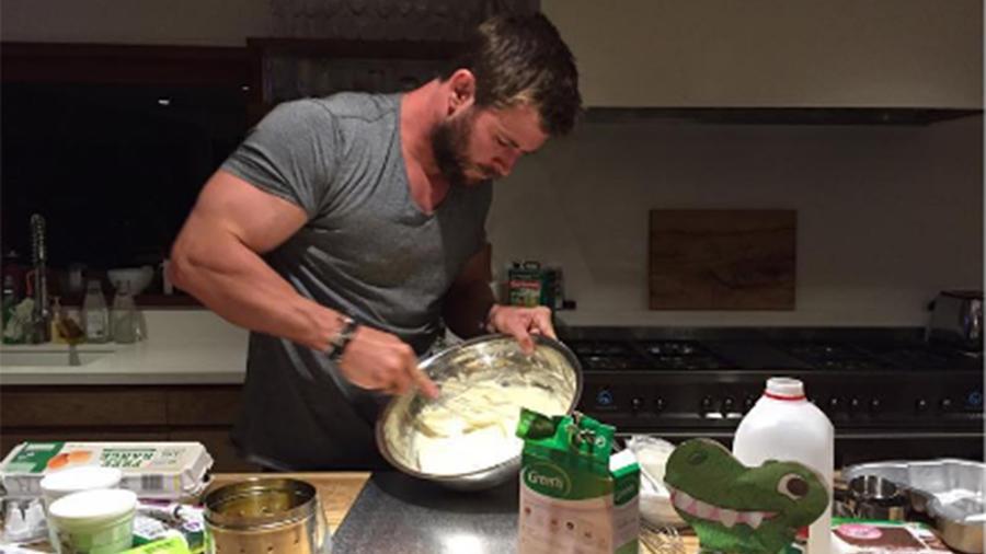Chris Hemsworth preparó el pastel de cumpleaños de su hija India.