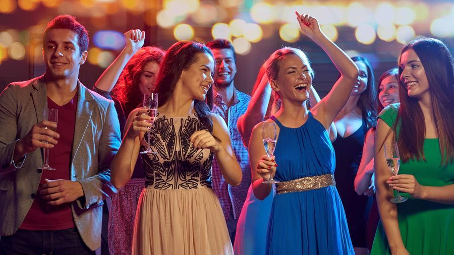 jóvenes bailando durante el prom night