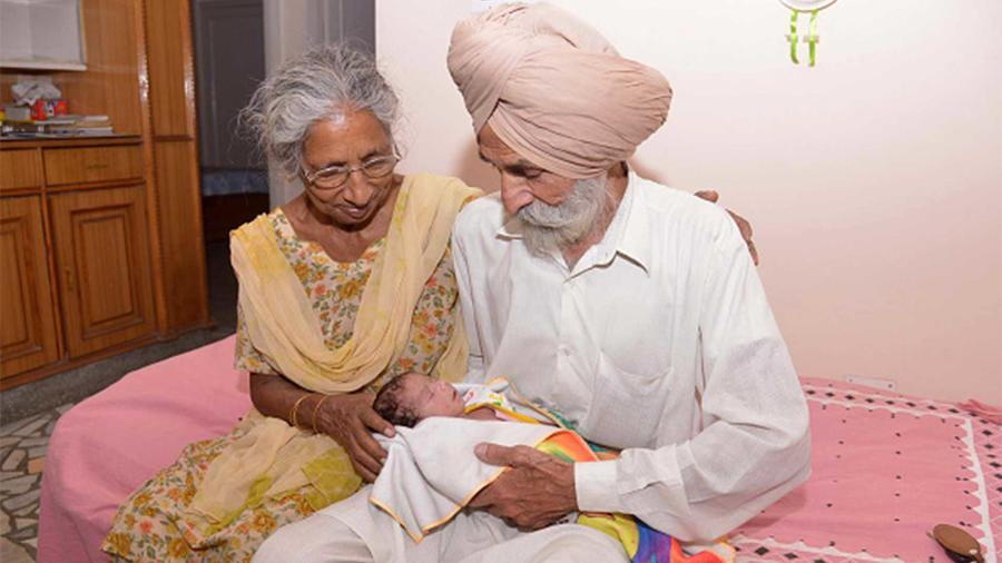 Daljinder Kaur junto a Mohinder Singh Gill y su hijo