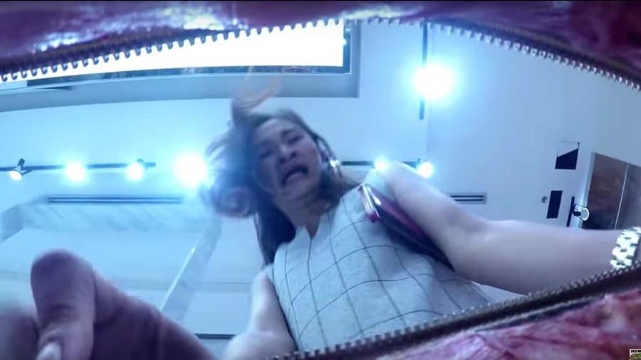 mujer abriendo cartera