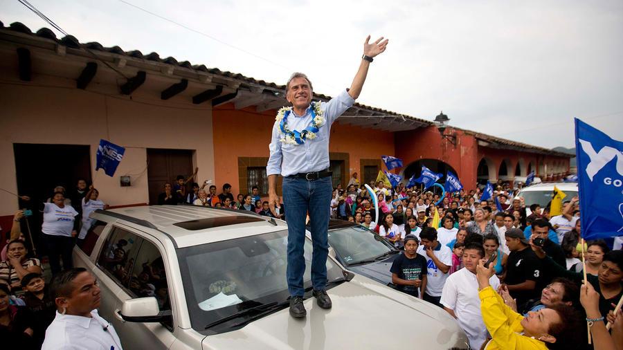 """En esta imagen del 17 de mayo de 2016, Miguel Ángel Yunes Linares, candidato a gobernador por el Partido de Acción Nacional, PAN, y la coalición """"Unidos para rescatar Veracruz"""", saluda a sus seguidores"""