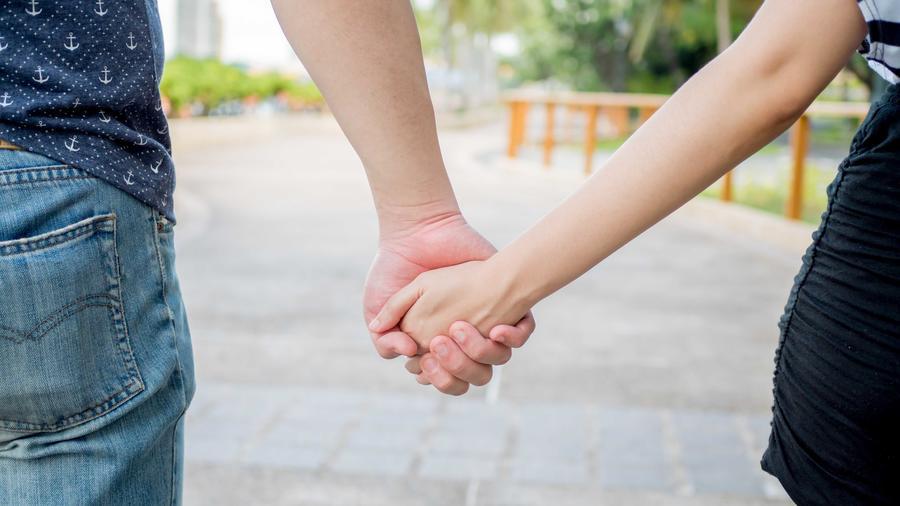 Pareja caminando cogidos de la mano