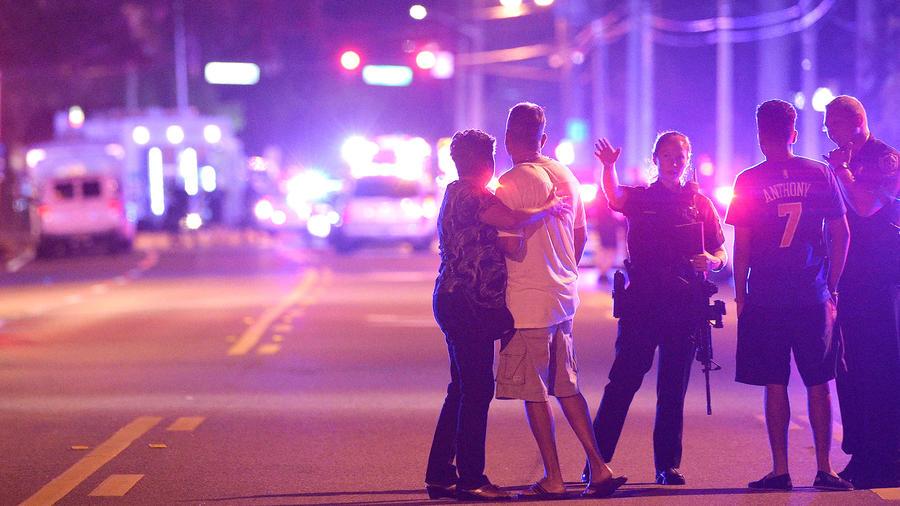 Policías evitan que transeúntes se acerquen al club Pulse en Orlando donde una masacre dejó 49 muertos el Domingo 11 de Junio del 2016