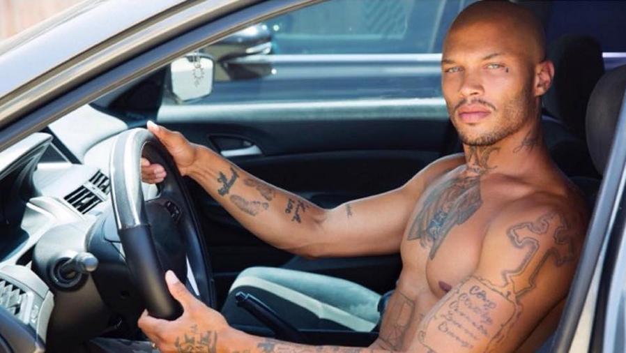 Foto de Jeremy Meeks dentro de un carro sin camisa