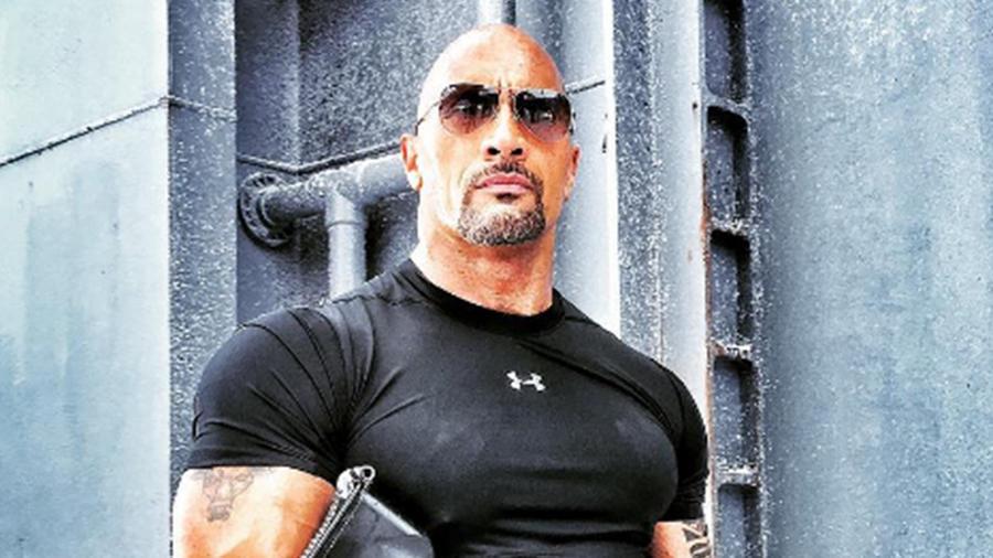 """Dwayne 'The Rock' Johnson presume de su nuevo look de matón para """"Fast 8"""""""