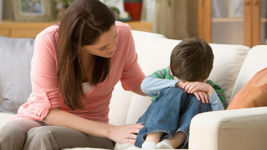 Madre confortando a hijos llorando