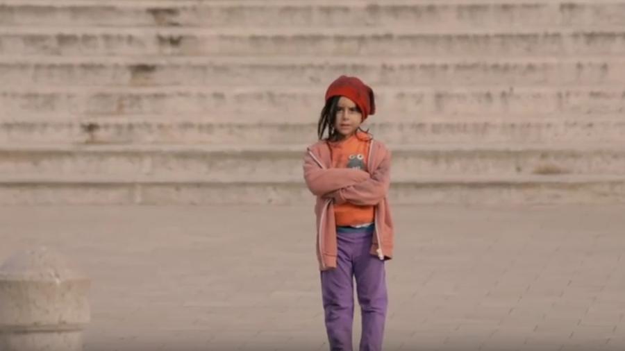 niña en la calle