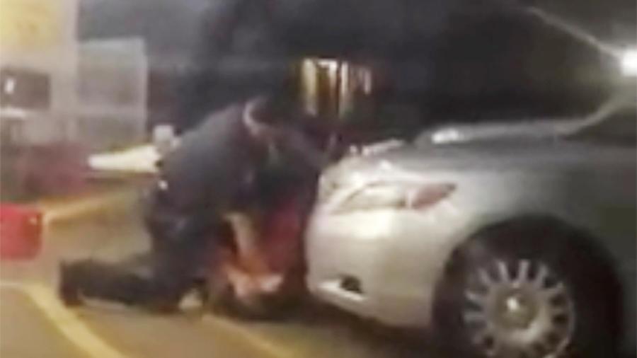 Foto del video grabado en el que se ve el altercado de dos agentes de Baton Rouge, Louisiana con Alton Sterling. Sterling fue abatido por uno de los oficiales durante el enfrentamiento el Martes 5 de Julio del 2016