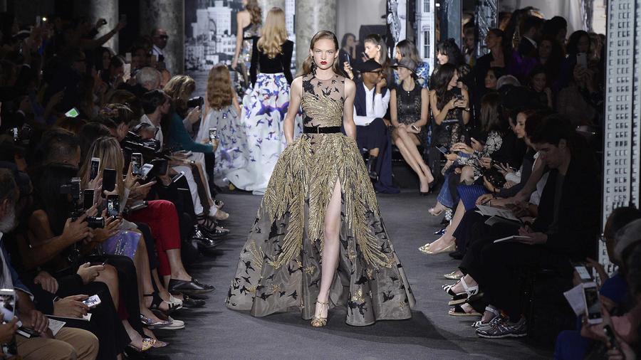 Modelo en el desfile de Elie Saab en el París Fashion Week 2016