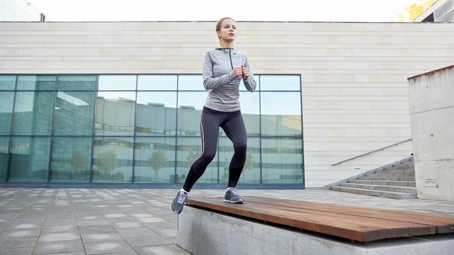 Mujer entrenando al aire libre