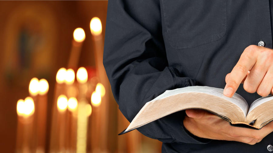 Sacerdote con una Biblia