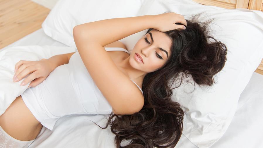 Mujer acostada en la cama con ropa interior