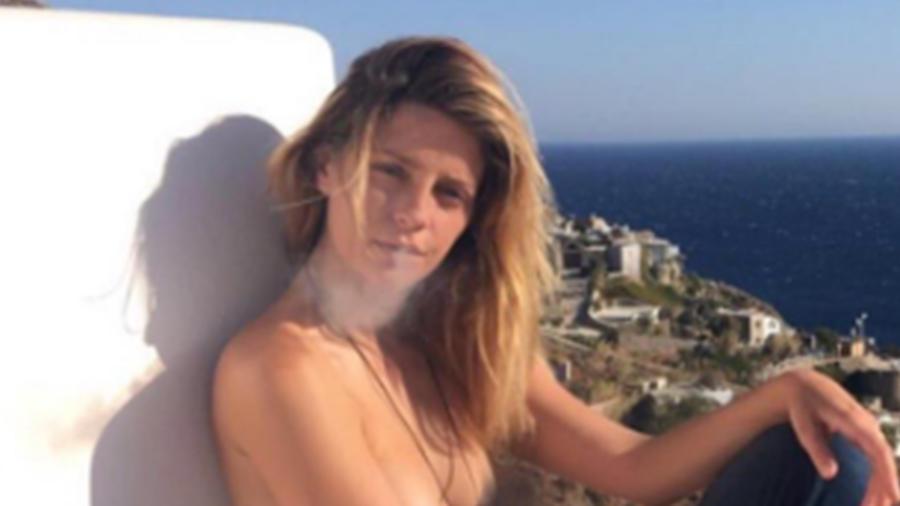 Mischa Barton posa sin sostén durante sus vacaciones en Grecia