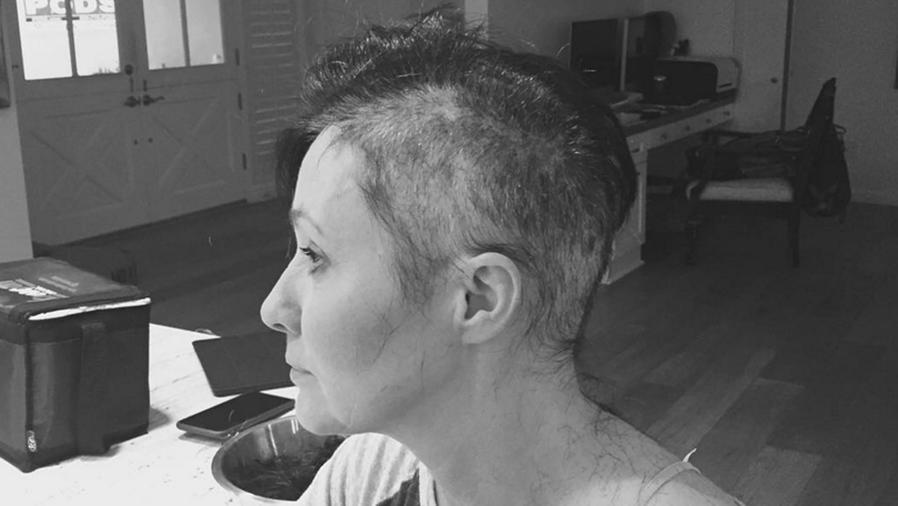 Shannen Doherty con la cabeza afeitada