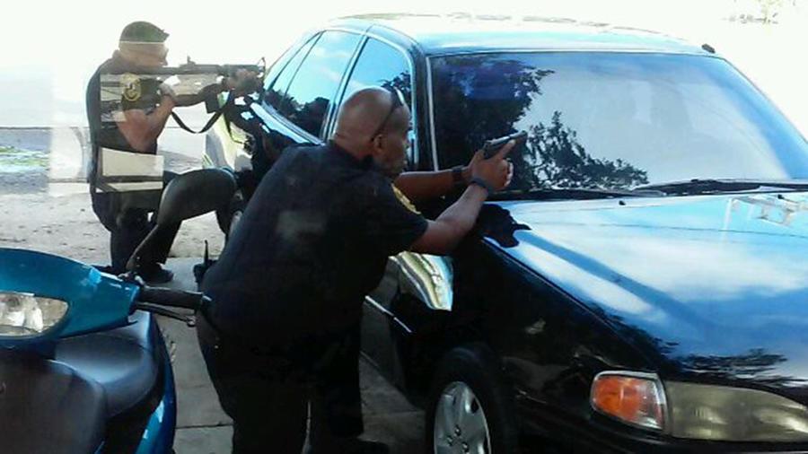 Policía apunta a un terapeuta negro que trataba de calmar a un paciente autista en medio de la calle