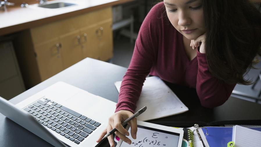 Adolescente estudiando matemáticas