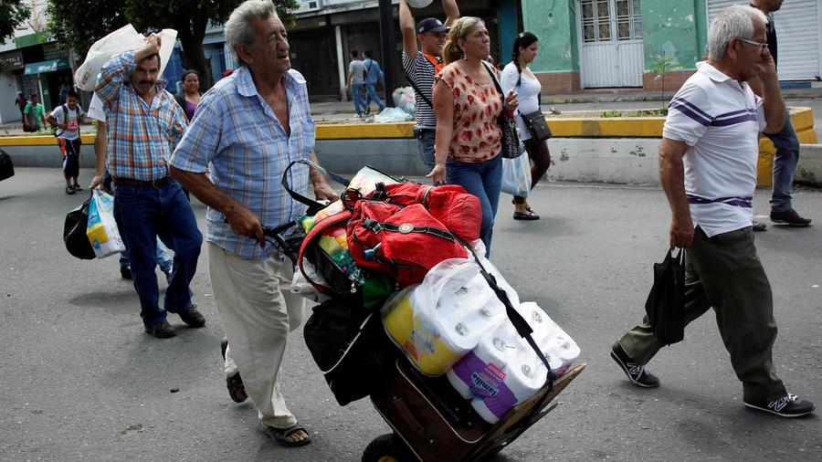 Venezolanos vuelven a su país tras comprar comida, medicinas y otras cosas en Colombia