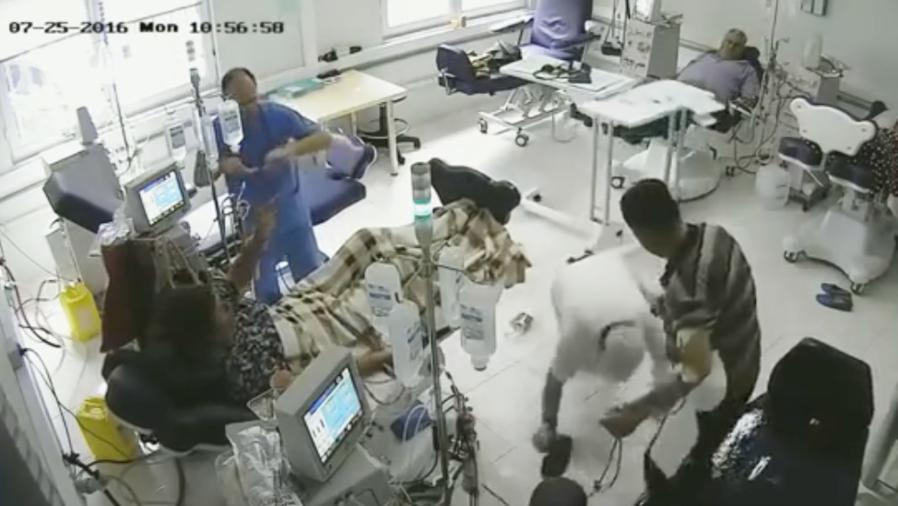 Un hombre entra a un hospital, se prende fuego y mata a dos personas en Albania (VIDEO)