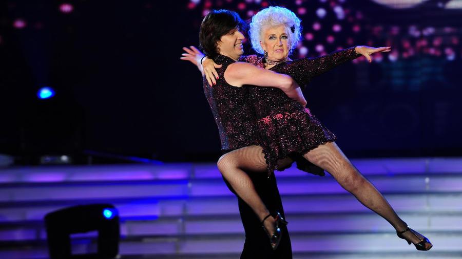 Paddy Jones es la bailarina de salsa acrobática más longeva según Record Guinness
