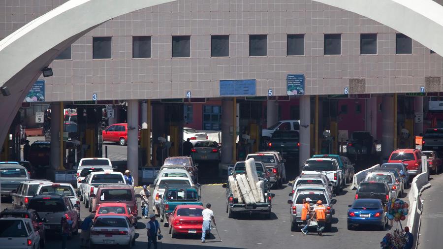 Numerosos vehículos aguardan para cruzar el Puerto de Ingreso Dennis DeConcini en el centro de Nogales, Arizona