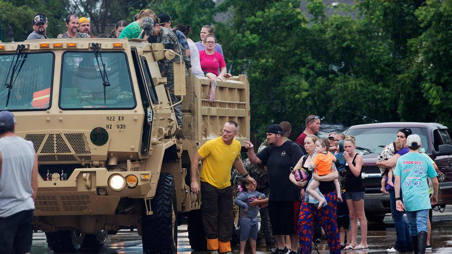 Guardia Nacional de Louisiana ayuda a los damnificados de las inundaciones el Domingo 14 de Agosto del 2016