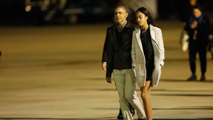 Malia Obama y Barack Obama en el aeropuerto de Argentina