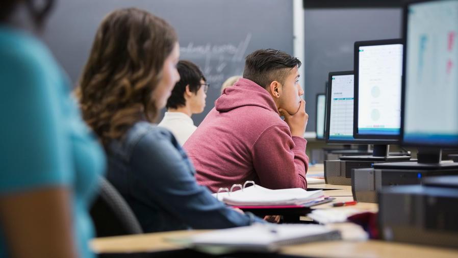 Estudiantes hispanos con computadoras