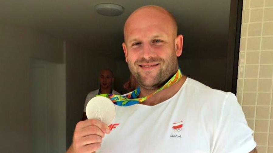 Piotr Malachowski subasta medalla de plata para tratar a un niño con cáncer
