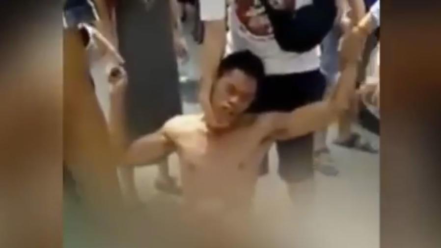 Hombre acusado de ser un violador de perros recibe una paliza (VIDEO)