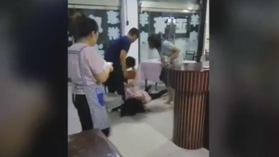 Un mujer es brutalmente golpeada por las esposas de sus dos novios (VIDEO)